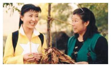 她是赵本山的干女儿,被放走后红得发紫,赵本山急的拍大腿也没用