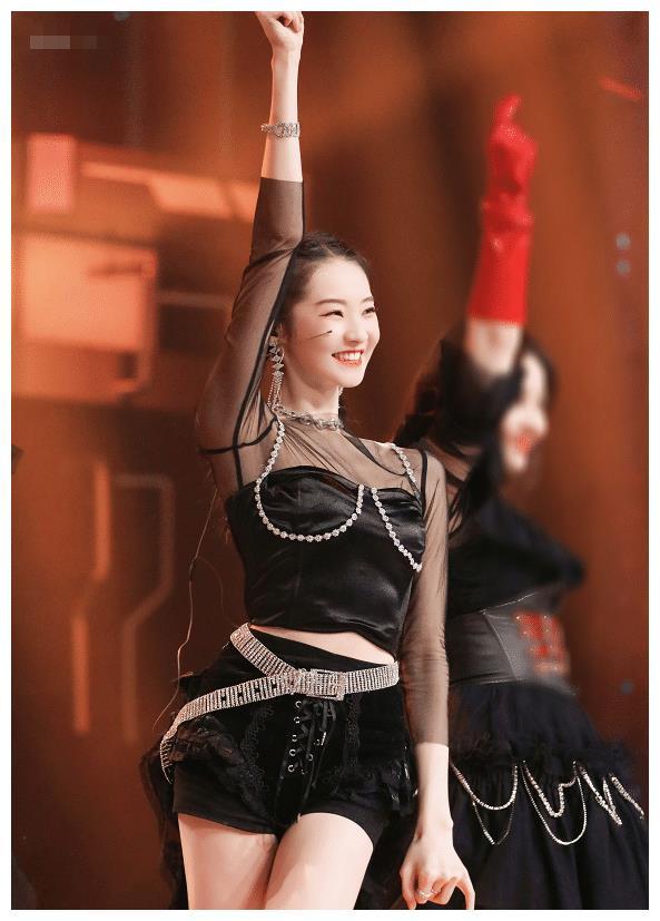 张艺凡新出道气质从何而来,明艳动人不失优雅娇媚,你可才20岁!