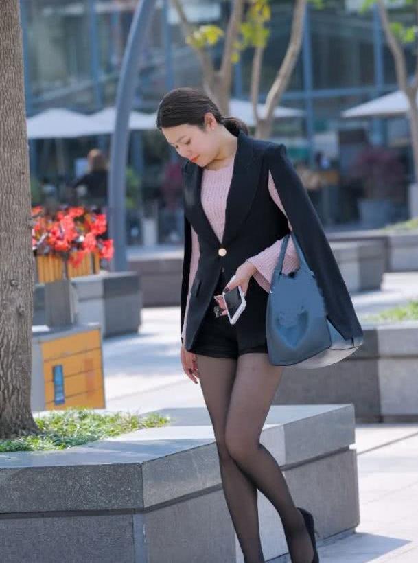 街拍:小姐姐轻熟风打扮,性感有魅力