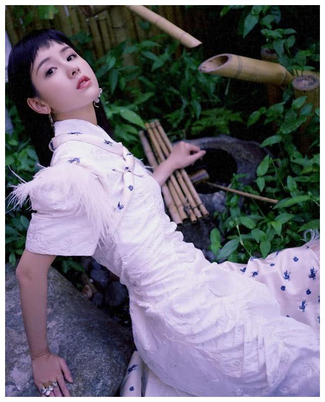 """陈都灵凹造型穿""""拖把裙"""",让她意外拥有漫画腿,秒变俏皮少女"""