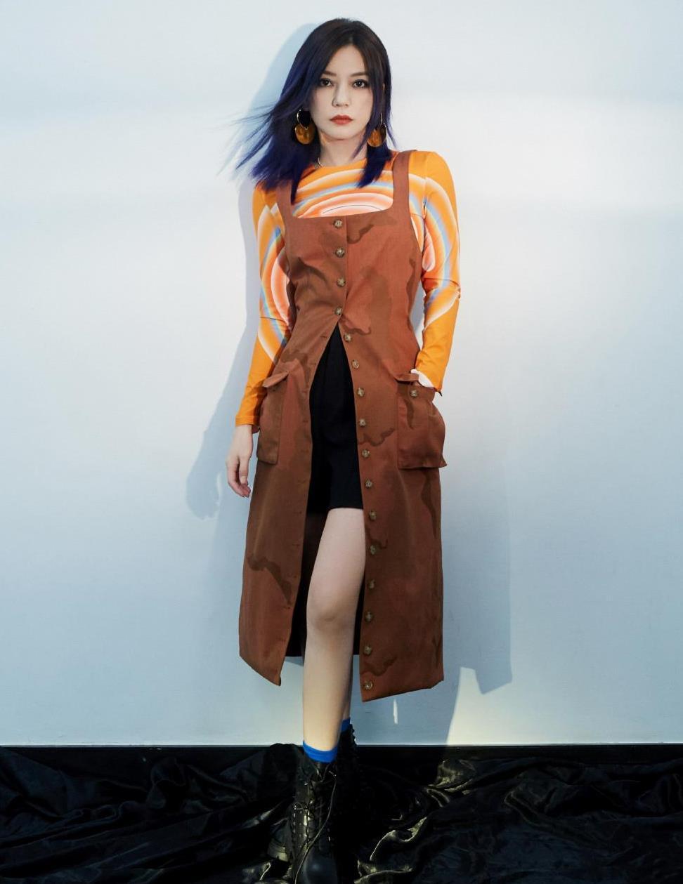 赵薇气质是真的好,穿橘黄色上衣配背带裙俏皮个性,时尚感太强