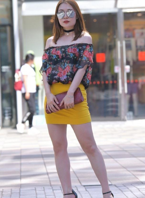 街拍:修身短裙搭配花上衣,微胖女生也可以这么时髦,真有个性