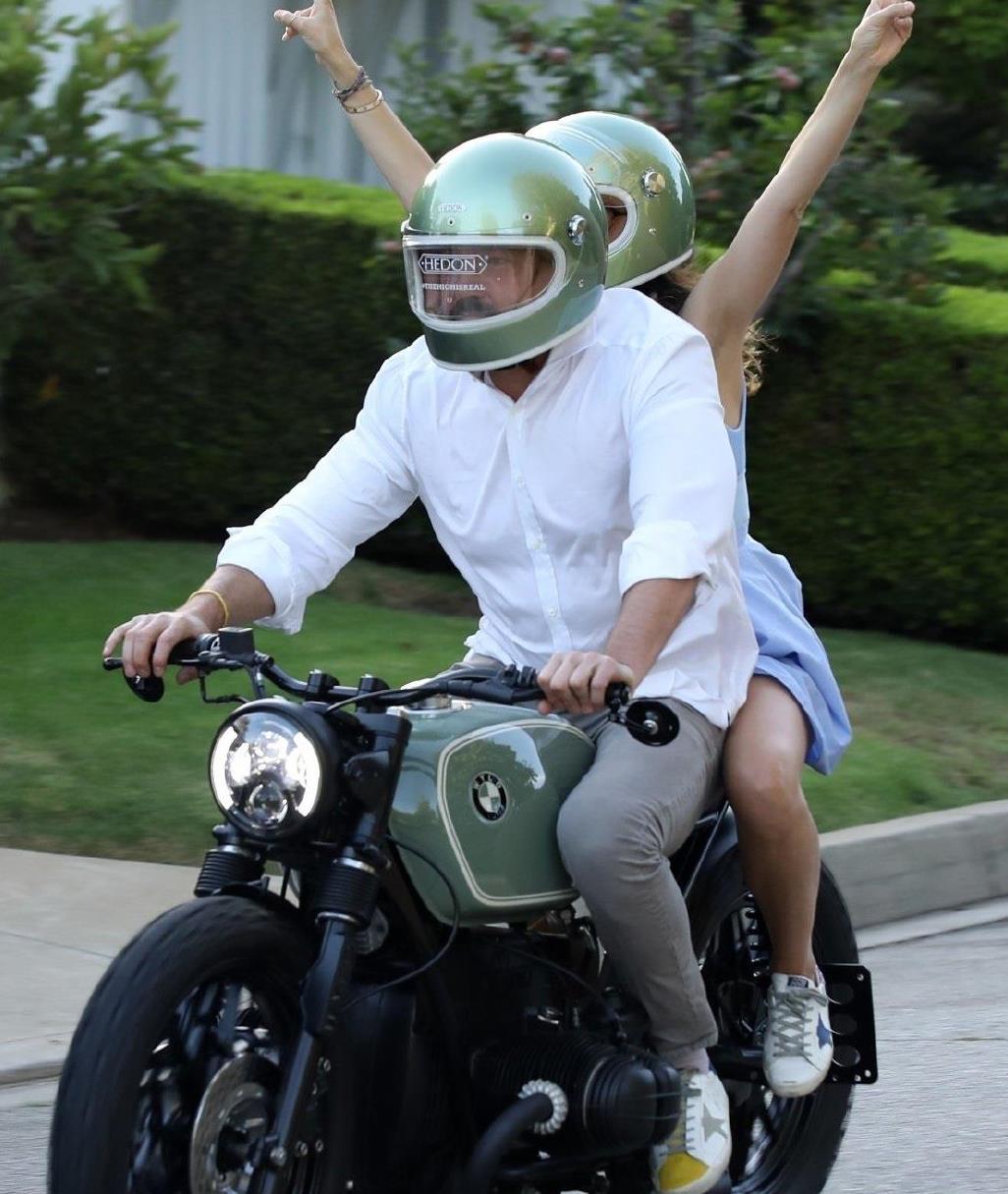 """安娜·德·阿玛斯和大本骑摩托兜风太""""浪漫"""",穿蓝裙清纯又年轻"""
