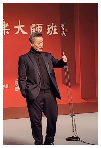 63岁阎维文开大师课,台下歌星云集,第一排于文华气质超抢眼!
