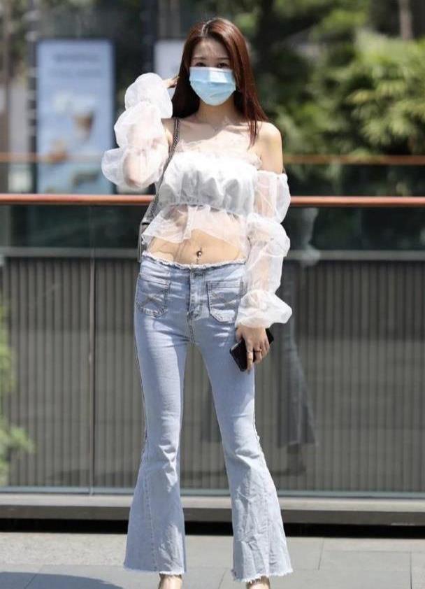 时尚复古泡泡袖,搭配喇叭牛仔裤,时尚大气又不失档次!