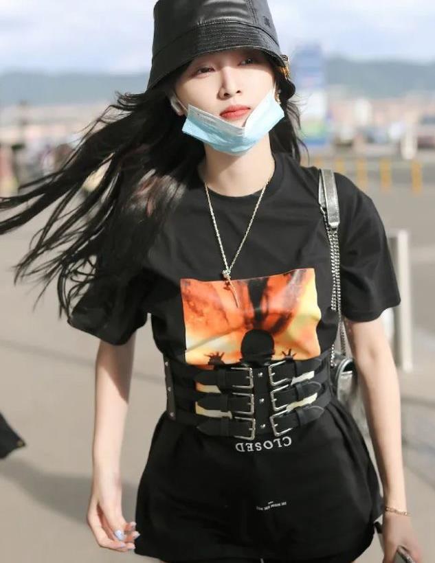 吴宣仪为秀细腰真是拼!穿T恤都要系三条皮带,时尚品味没谁了
