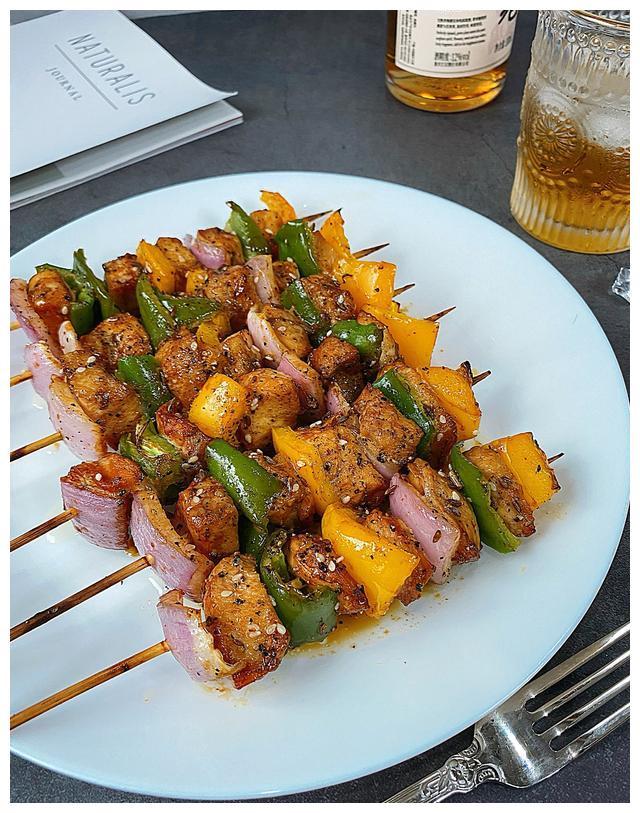 自制点黑椒孜然烤鸡肉串,配上小啤酒,简直美极了!
