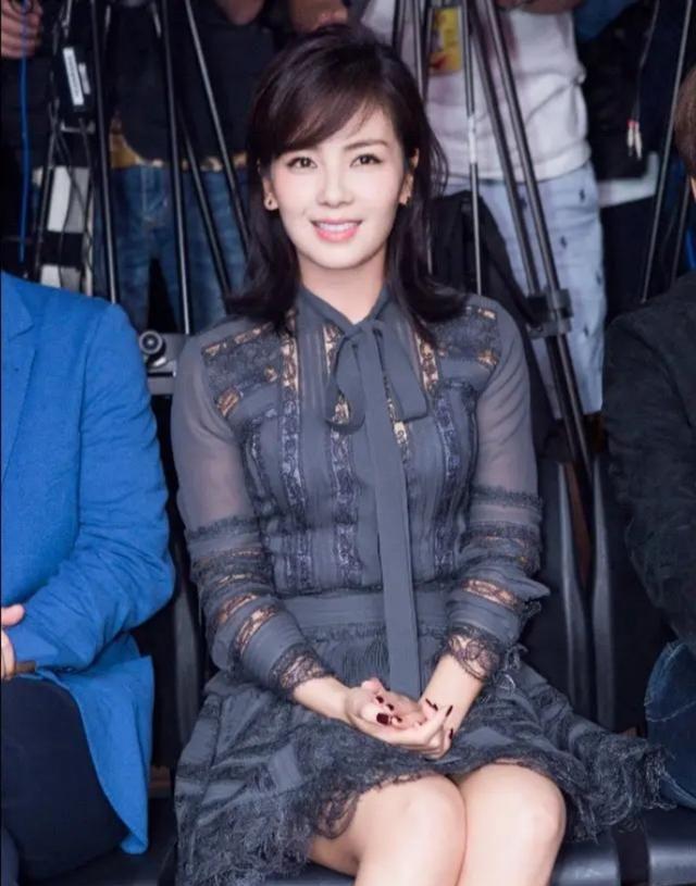 刘涛活动照回顾,穿藏青色蕾丝公主裙,颜色沉稳,蕾丝可爱少女