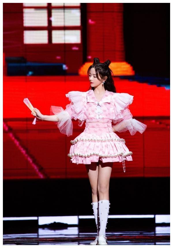 杨超越双十一晚会造型,粉色萝莉裙甜美可爱,黑白波点裙优雅端庄