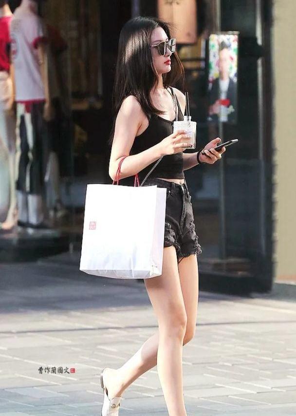 街拍:优雅的穆勒鞋美女