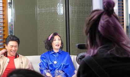 """72岁汪明荃在浴缸里摆拍,穿""""液体上衣""""配亮片裙,越老越惊艳"""