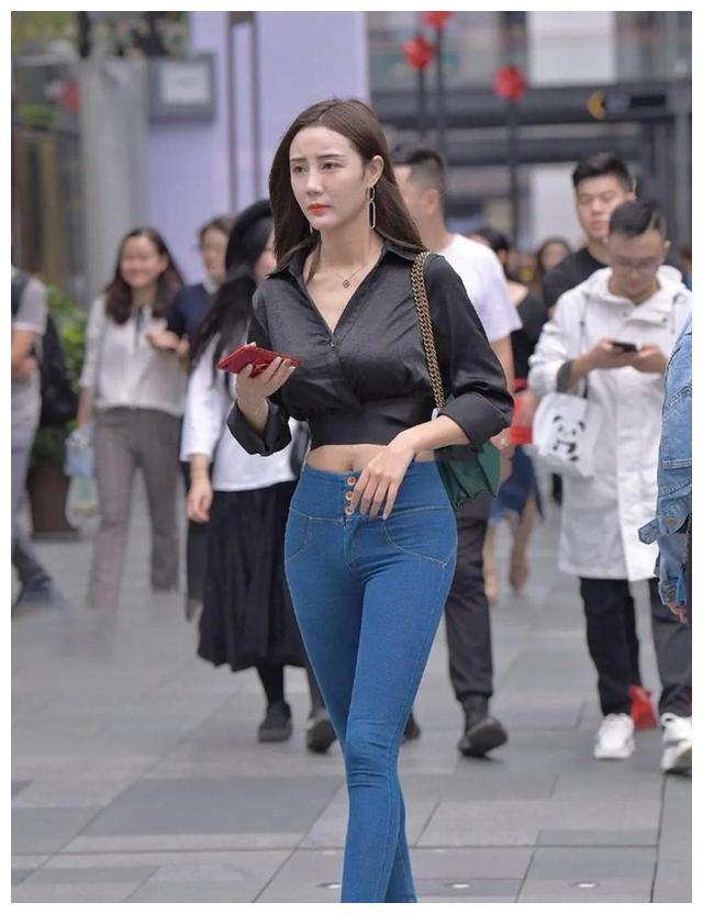 牛仔裤+黑色V领上衣,精致又显瘦,走在街上回头率十足!