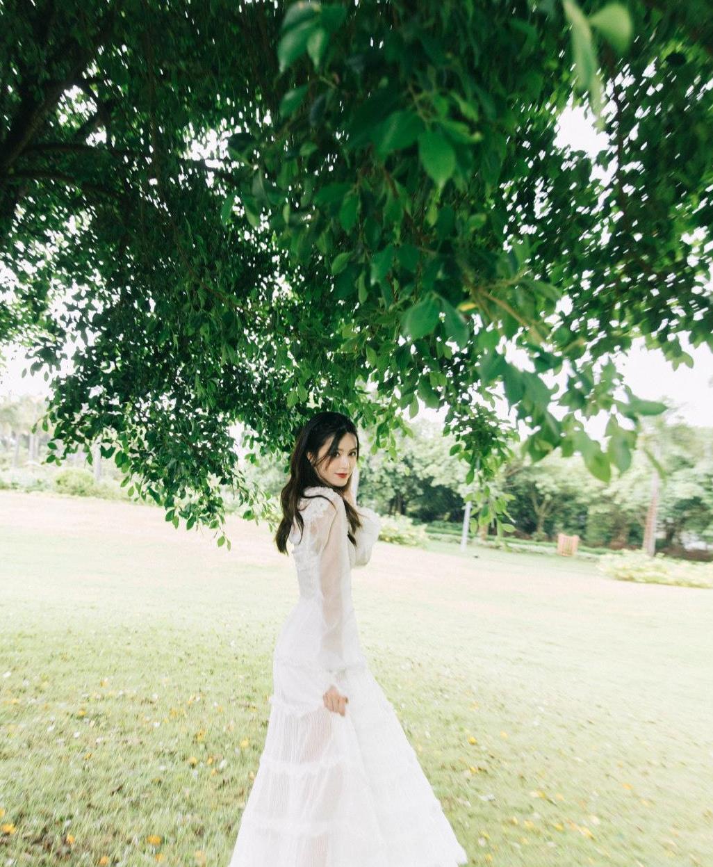文咏珊的衣品真好,穿白色仙女裙配中分长发,时尚优雅更显高级感