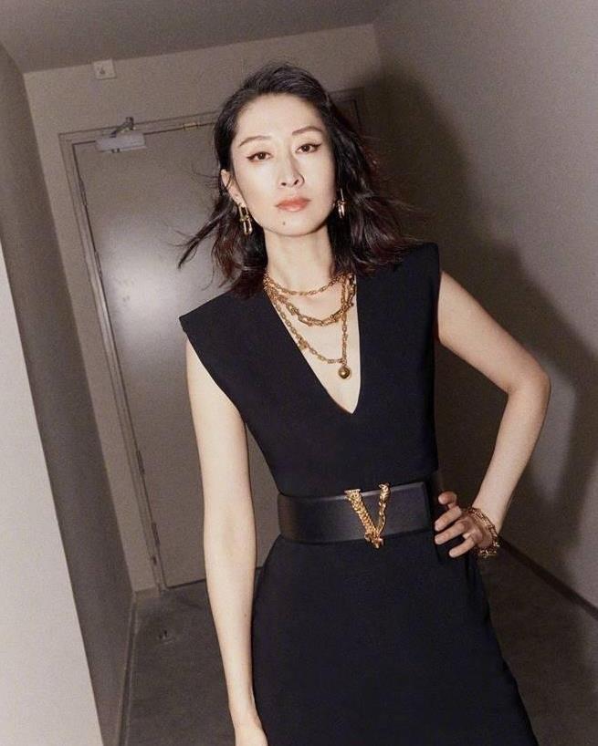 岁月从不败美人,刘敏涛穿樱花抹胸裙秀好身材,彰显女神气质