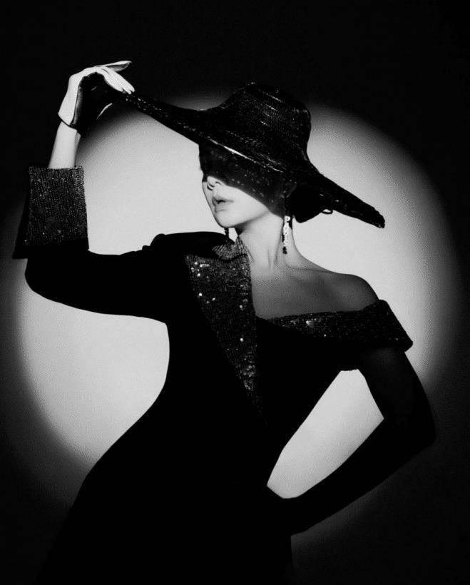 """陈嘉桦从""""男人婆""""蜕变为时尚达人,穿紧身黑色短裙,凸显好身材"""