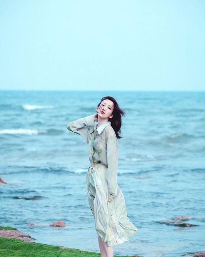 王鸥日系穿搭气质猛涨,落地风衣搭配阔腿裤,身材比例也太好了