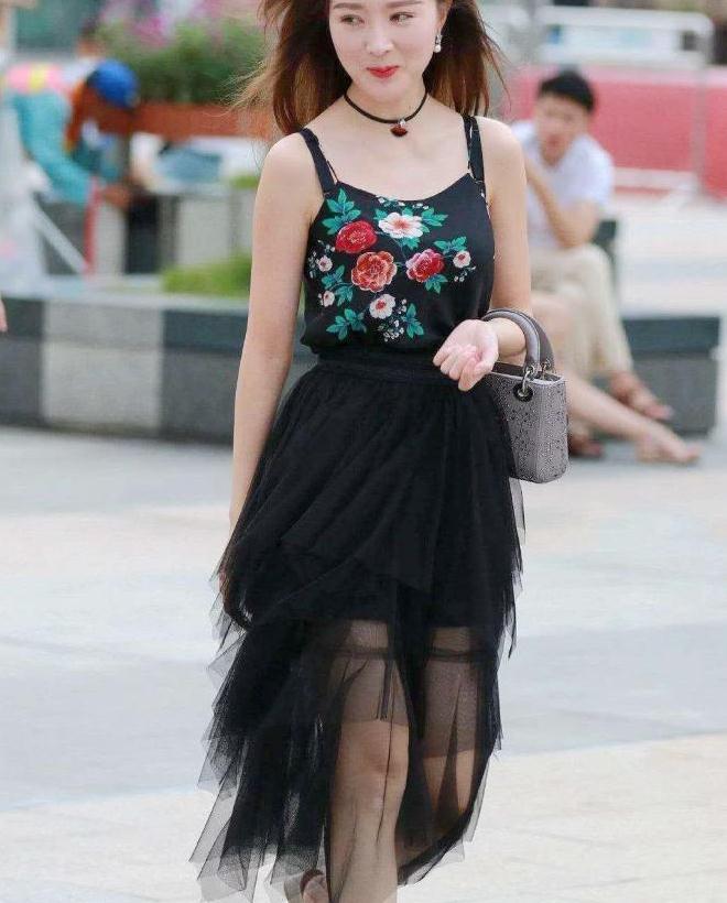 街拍,小姐姐身穿蕾丝绣花裙,美如仙子一样楚楚动人