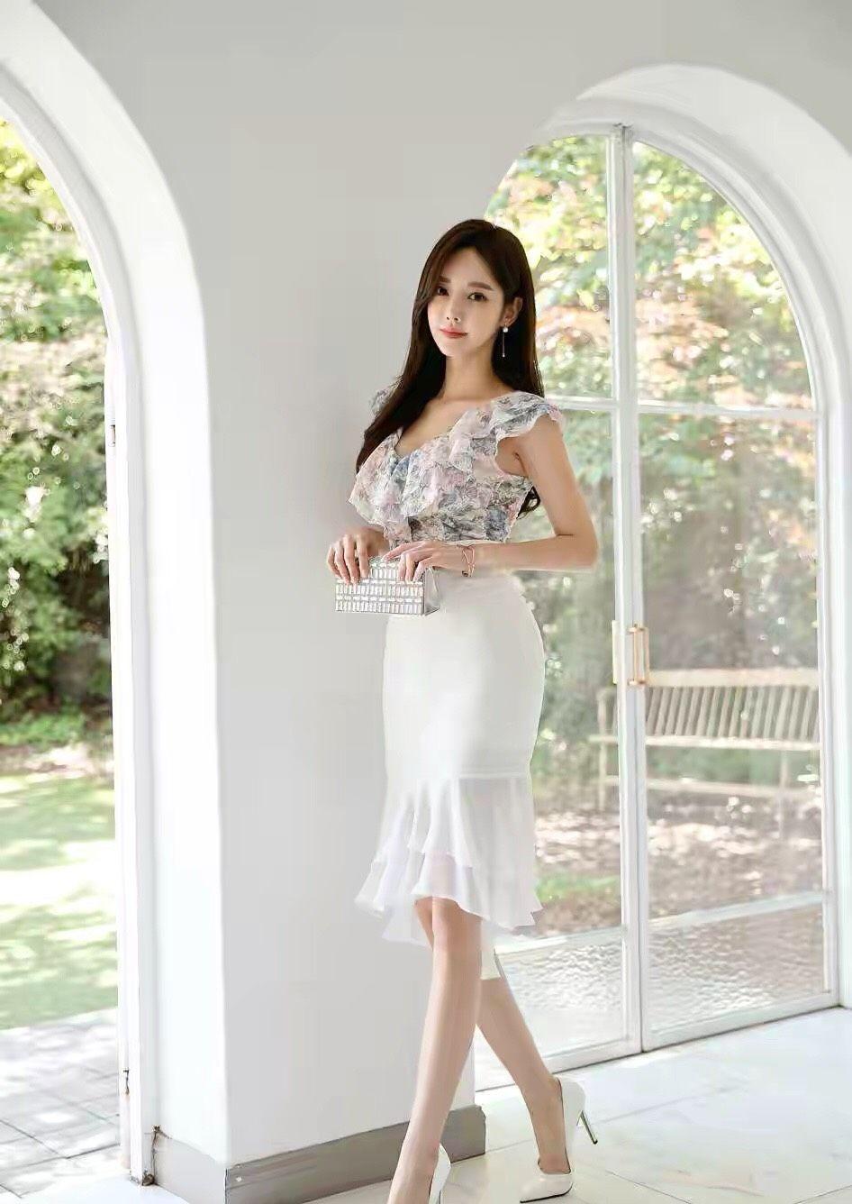 美女孙允珠搭配这款白色鱼尾裙摆,气质动人,真漂亮