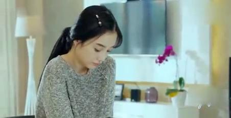 李小璐自己一个人在家里吃饭,没想到却食物中毒,还出现幻觉