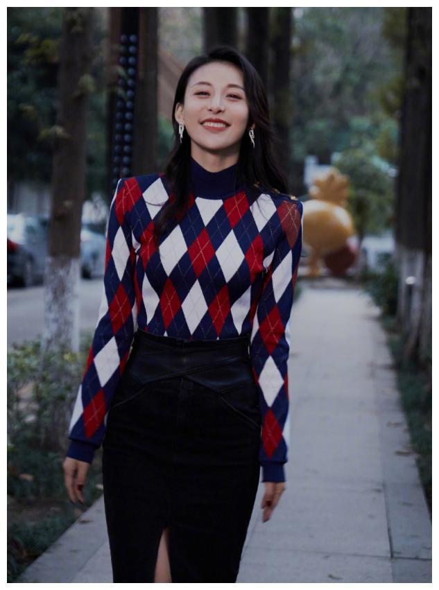 贾青终于复工,菱形图案毛衣配半身裙时尚又显身材,洋气又显嫩