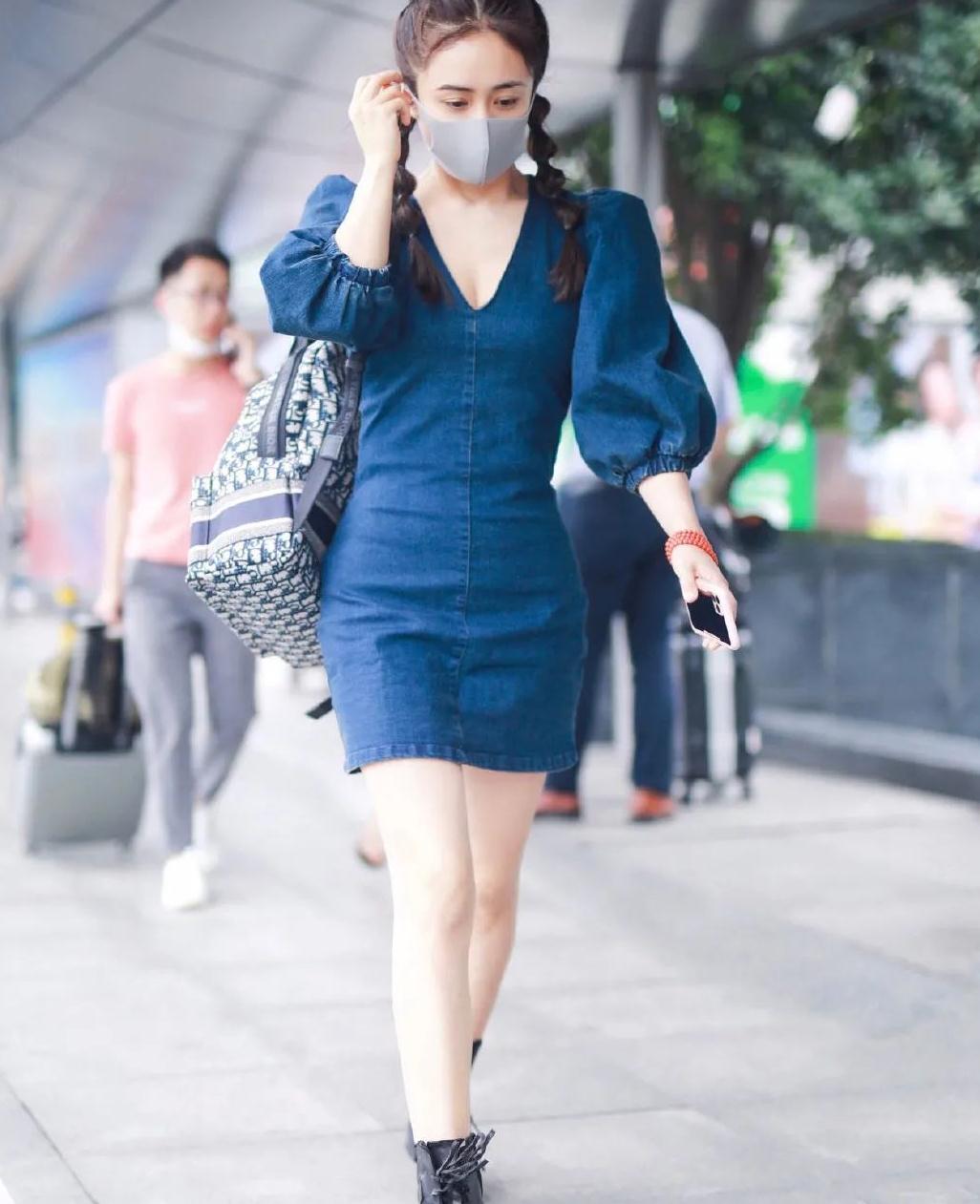 """小娇妻刘芸现身机场,穿复古深V牛仔裙配""""糖葫芦辫"""",娇俏迷人"""