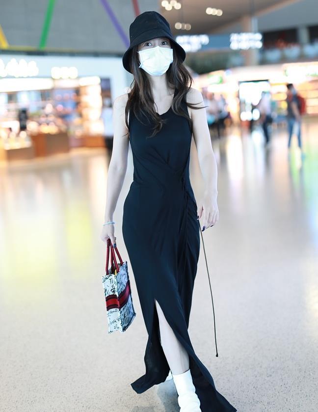 杨颖街拍:绑带背心裙配白靴Dioramour情人节限定手袋身姿曼妙