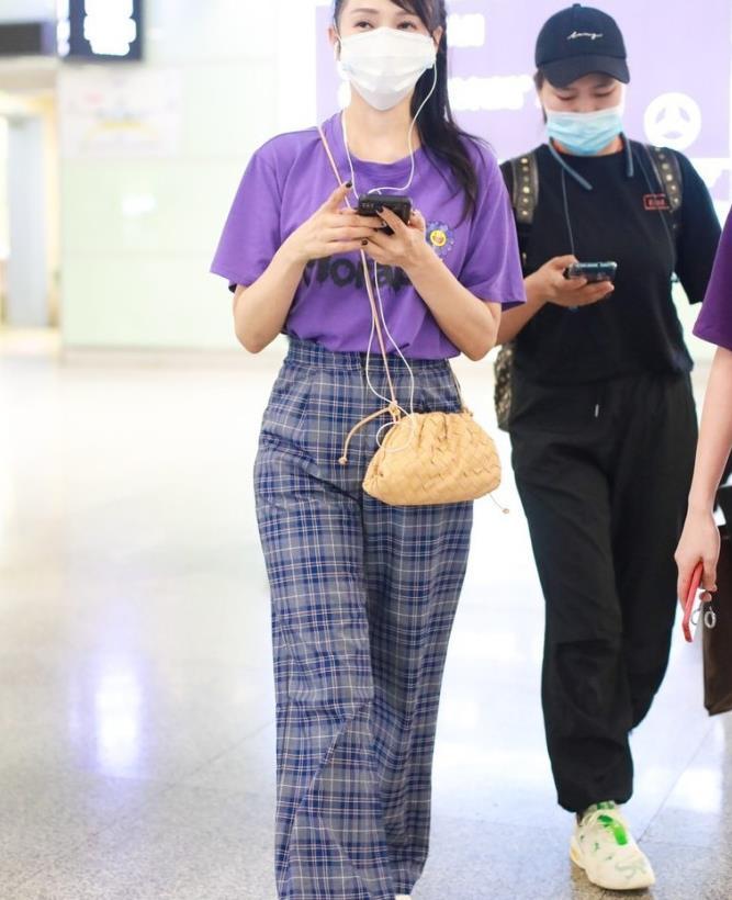 伊能静哪像五十岁,紫色短袖太时尚,发型成年人中少见