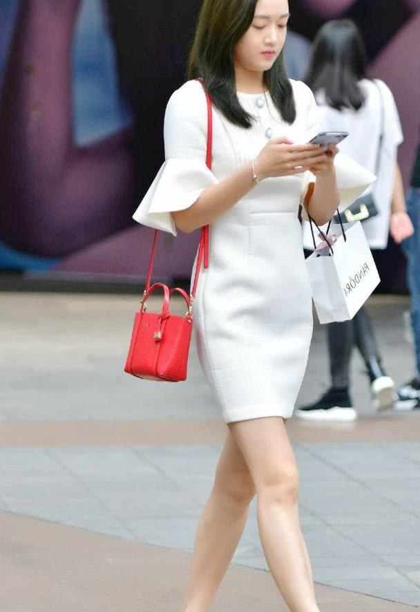 街拍:小姐姐身穿白色套装,气质优雅的职业女性装扮
