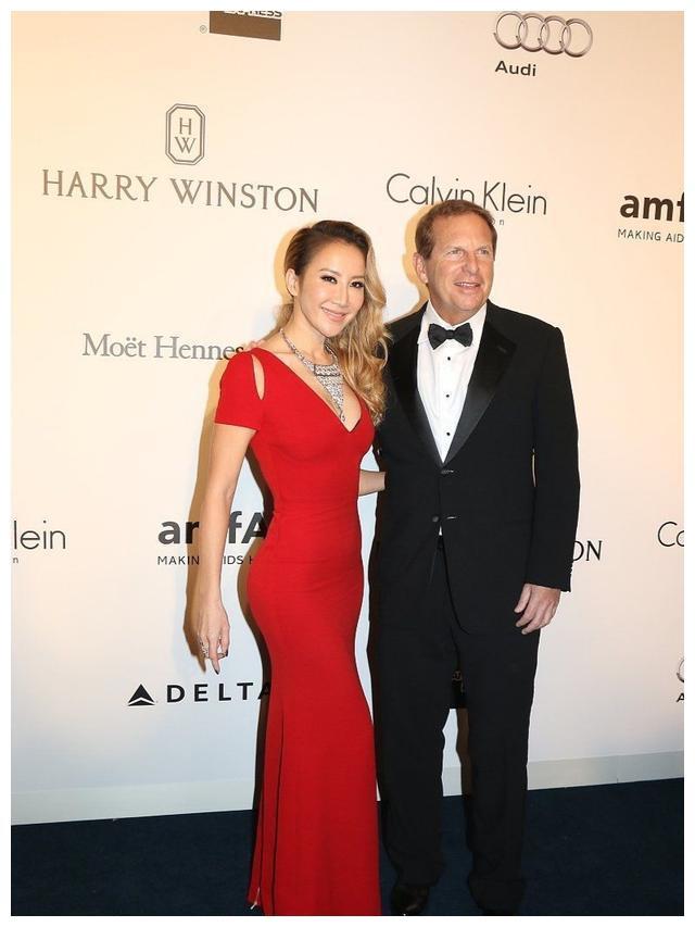 李玟携手61岁老公亮相,一袭红裙穿出S曲线,富豪老公依旧年轻