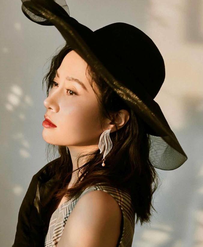 """叶璇太有""""贵妇范"""",黑色薄纱礼帽配格纹裙高贵优雅,精致浪漫"""