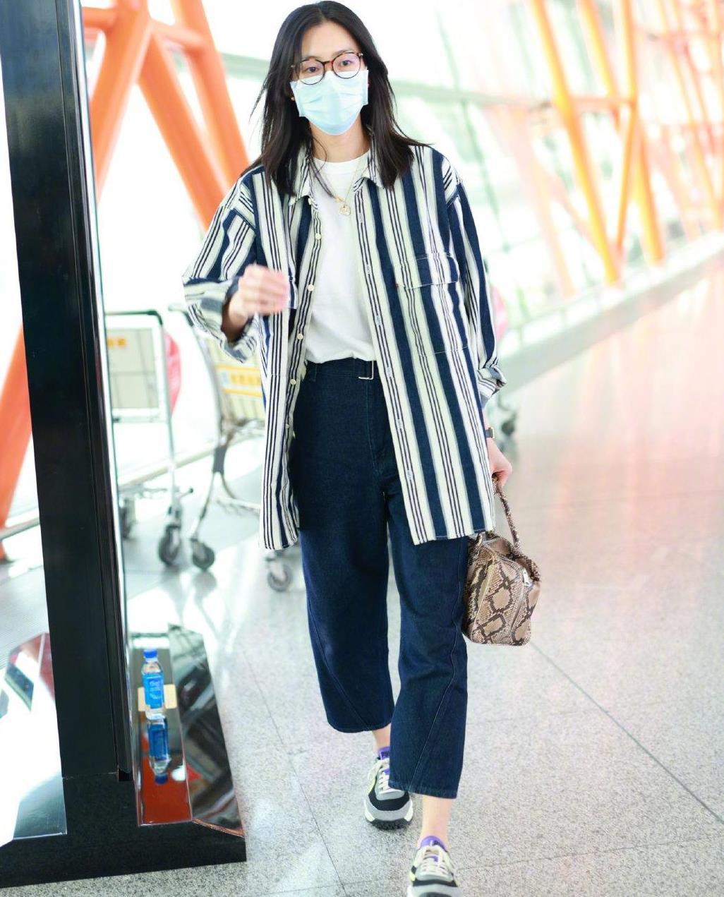 选对外套时尚加倍,刘雯穿条纹衬衣配牛仔裤走机场,简约又显高雅