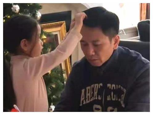 温兆伦被爱女扎辫子一脸淡定,父女互动太温馨,5岁女儿五官精致