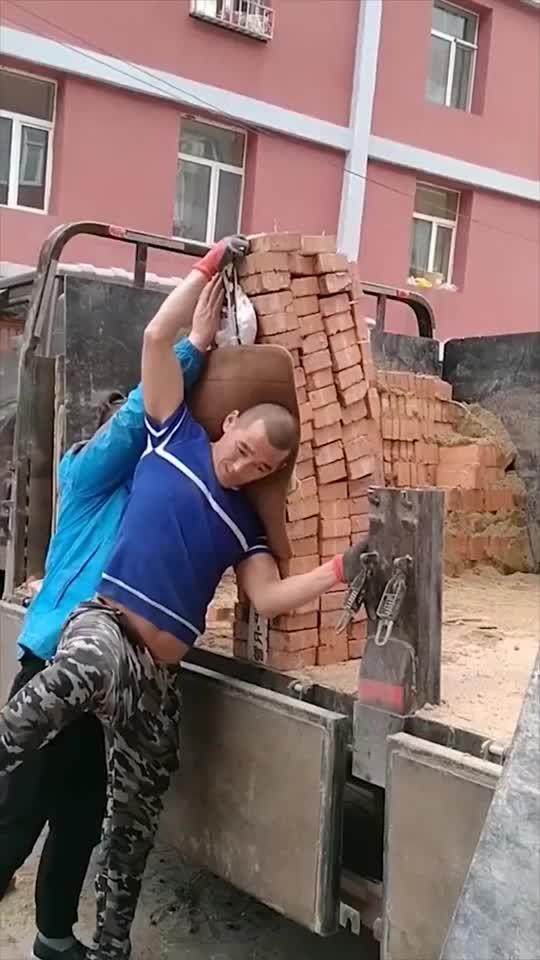 民工大哥身背百块红砖这才是真正的男子汉不服让某晗来试试