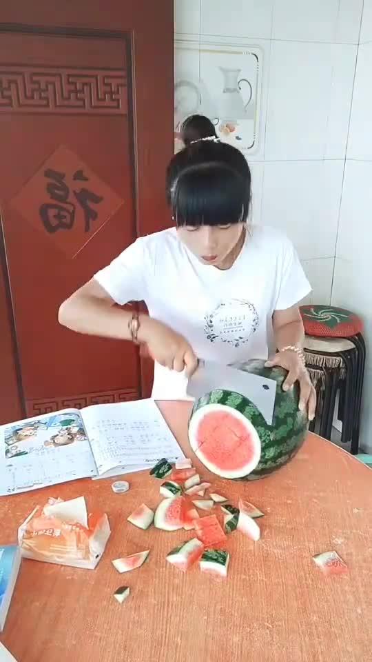 这样切西瓜能哄上十口人吃