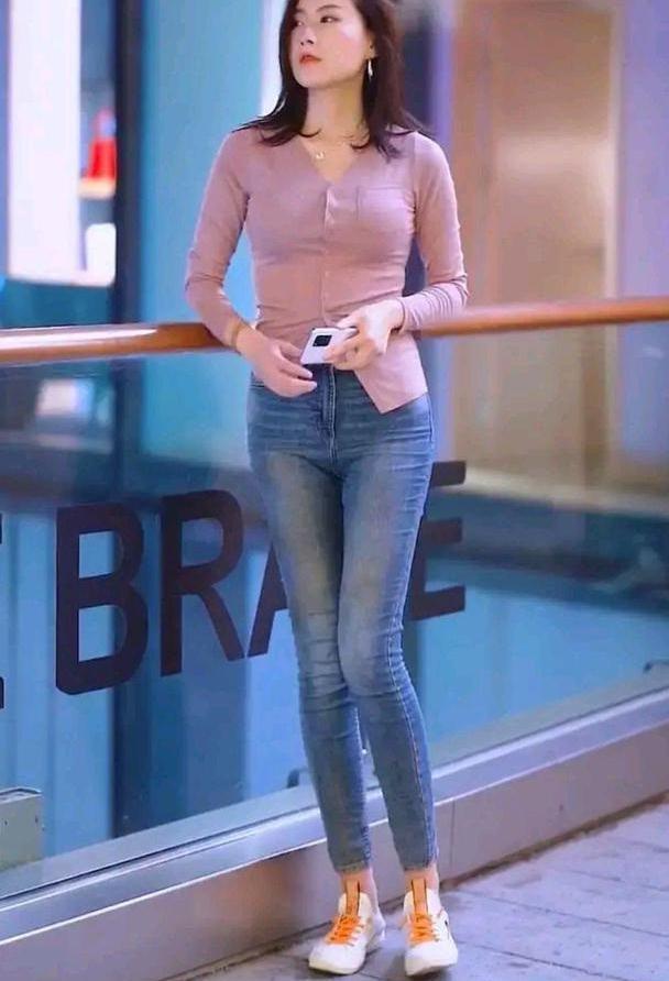 初秋适合穿什么?牛仔裤搭配修身长袖衫,简单利落又显身材