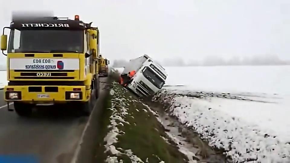 高速路上突然发生意外,大货车掉进沟里,两辆吊车做出感人一刻