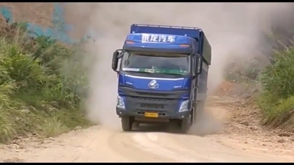 霸气!大货车油门撸到底,扬起漫天尘土!
