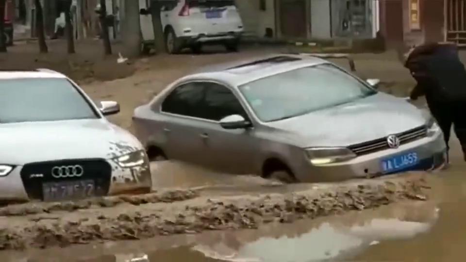 监控:过积水路段,这一幕把我看懵了,没有对比就没有伤害!