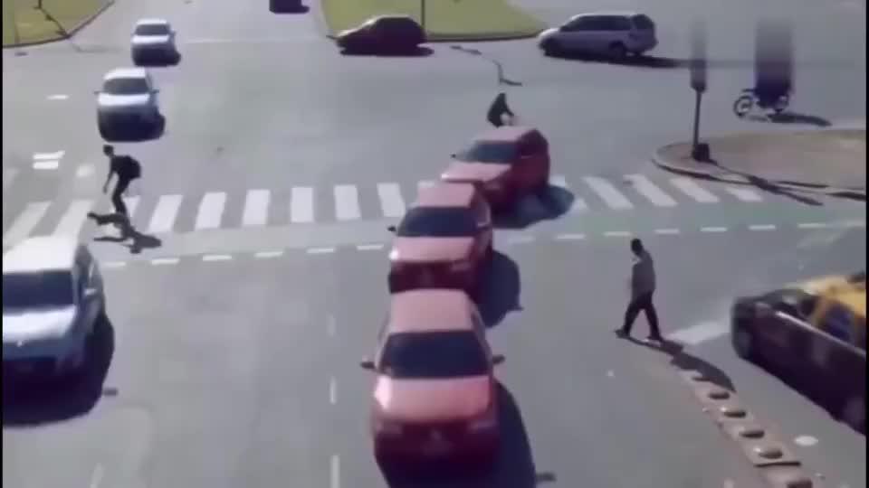 十字路口没有信号灯看起来很容易出事故