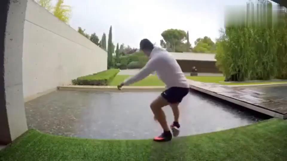 C罗在家练球一脚能击中无人机!理发的时候都能练脚法!