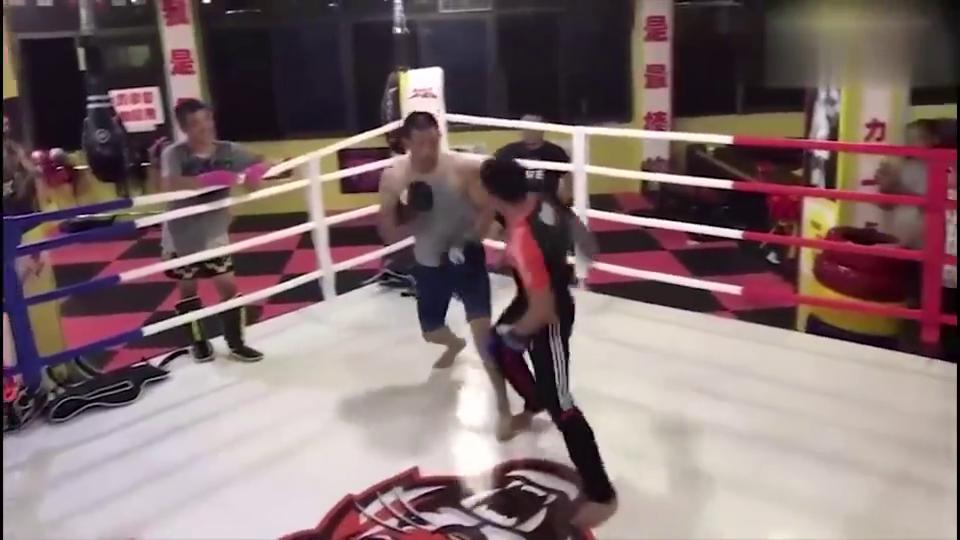 """这是""""一拳超人""""么?民间武术大师挑战职业拳手,对方一拳打晕!"""
