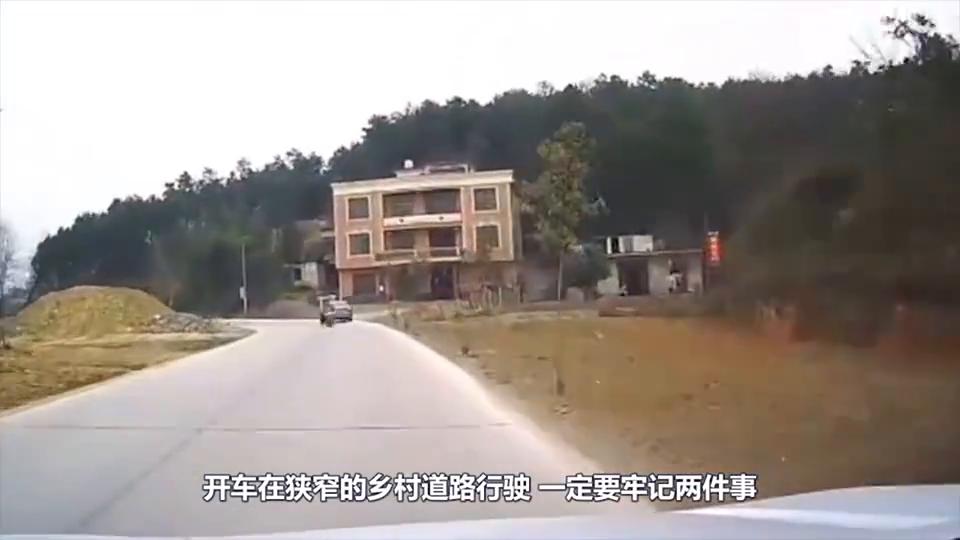 两摩托高速迎面相撞,司机当场重伤身亡,看完监控所有人无法理解