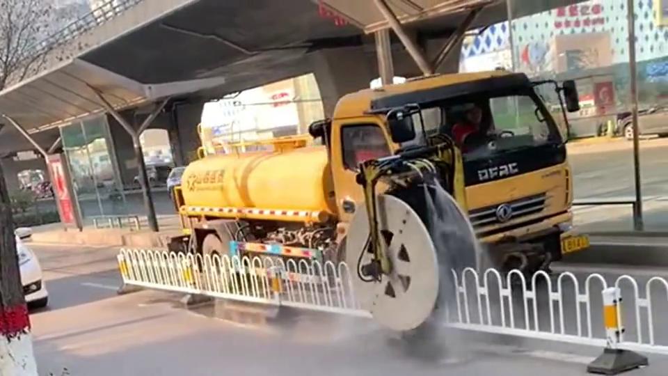中国的自动清洗栏杆的车怎么样?看着好爽的样子