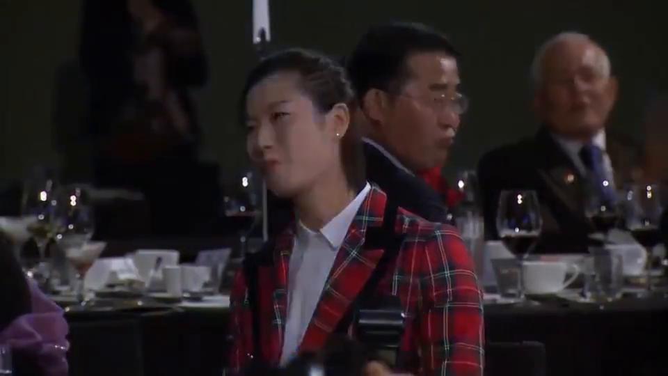 连续三年加冕,个人第四次!丁宁获乒联年度最佳女运动员,看颁奖