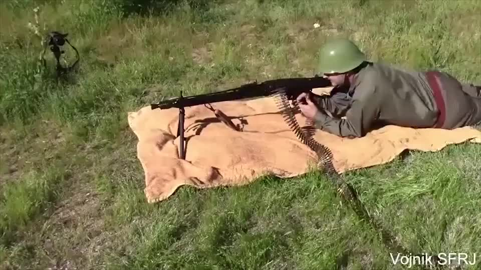 前南斯拉夫M53机枪外观类似MG42采用弹链供弹射速也很快