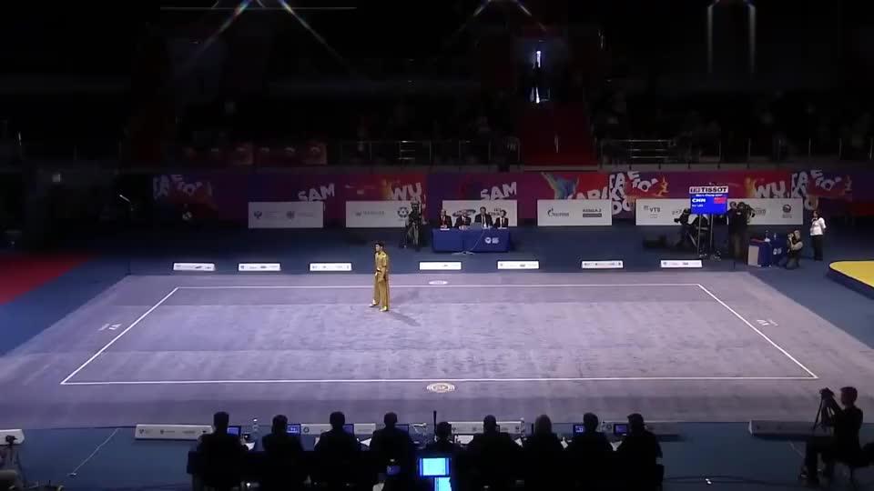 中国小伙表演武术套路,动作潇洒,拳法有力,太酷了