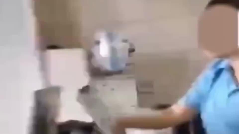 外卖小哥与奶茶店老板争吵,老板持菜刀冲出