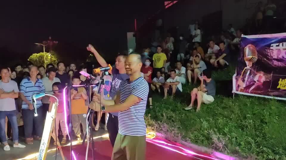 玉林草根歌手街头卖唱《风的季节》,广西式白话唱法与众不同