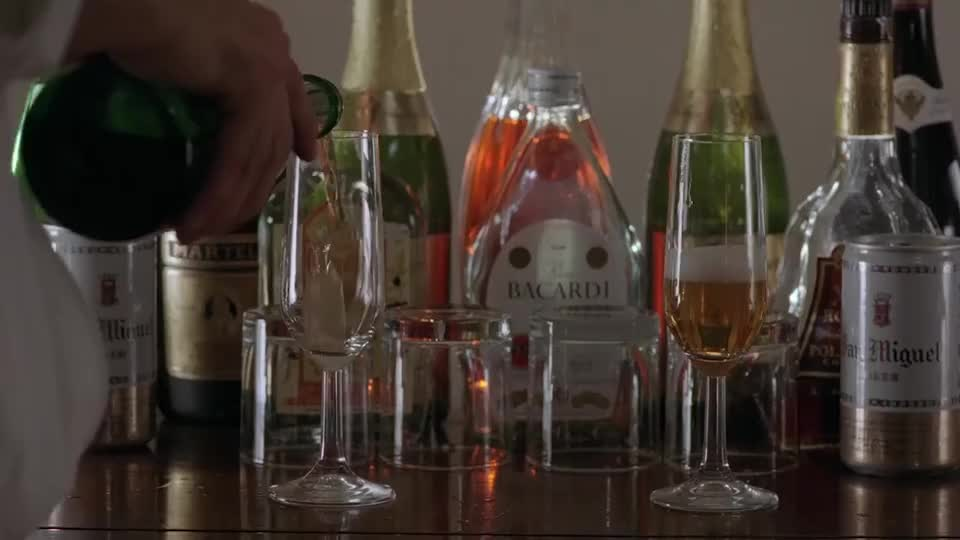 刘德华在线调酒,各种烈酒混在一起,这就是要灌到关之琳啊!