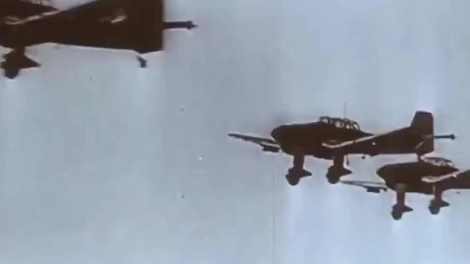 实拍虎王坦克遭遇飞机狂轰乱炸,虎王当场被掀翻!